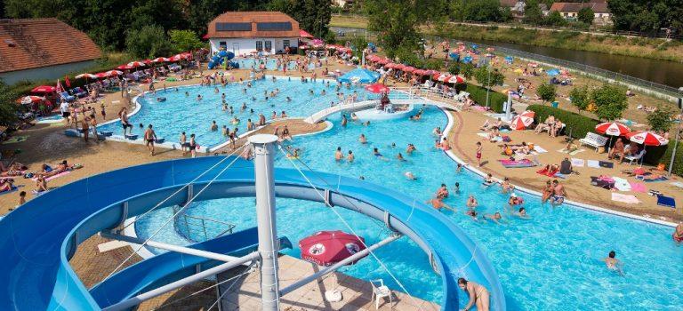 Bazény v Hluboké nad Vltavou nabízejí ideální podmínky. Nechybí tobogány a masážní lůžka