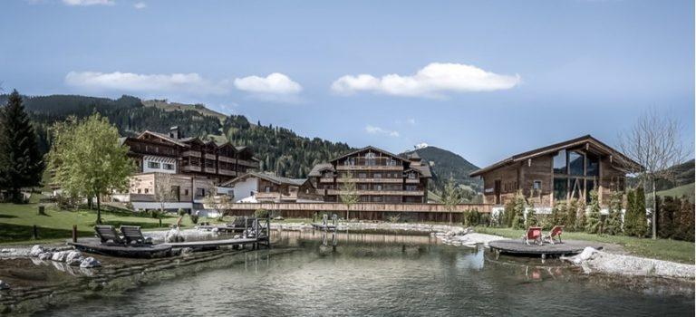 Plánujete dovolenou v Rakousku? Tento unikátní hotel splývá s přírodou, uvnitř nabízí nevídaný luxus
