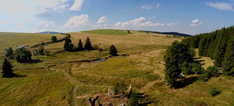 Zaniklá osada v krušnohorském údolí, kde dnes stojí šest ruin domů, příští týden ožije. JO, víme proč!
