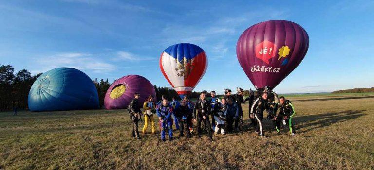 Nový rekord na letišti v Příbrami! Dvacet parašutistů skočilo ze 4 balonů a výšky dvou kilometrů