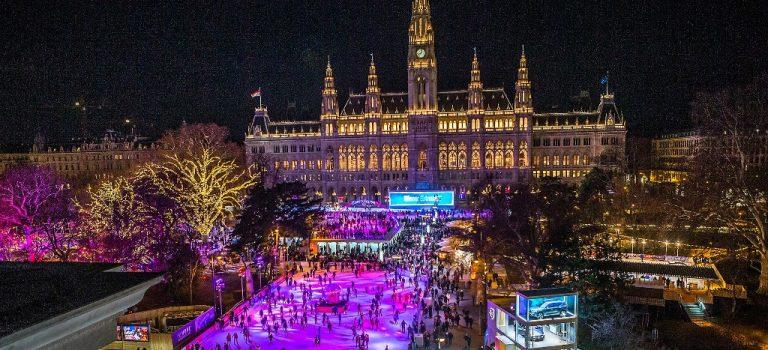 Vídeňský ledový sen: Před radnicí mají největší kluziště!