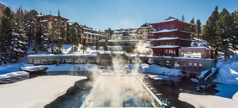 Jezero, na němž se v zimě bruslí i plave a čínská pagoda? V Rakousku je vše pohromadě!
