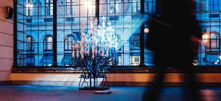 Masarykovo nádraží v Praze oživila světelná instalace z 562 lahví! K vidění je do poloviny února