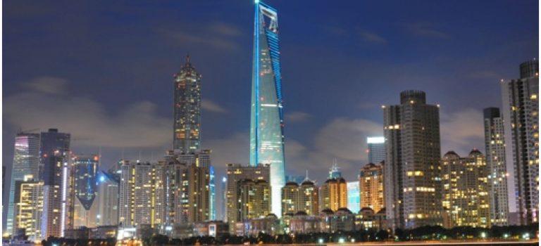 Vútrobách jednoho znejvyšších mrakodrapů pevninské Číny najdeme luxusní hotel, zastoupení světových bank i Starbucks