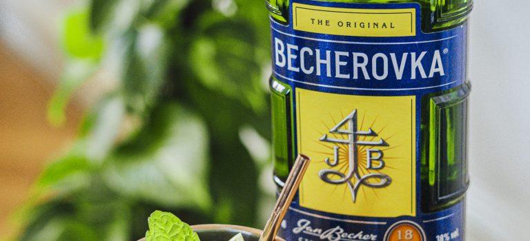 Osvěžující letní drink z Becherovky. Zkuste kombinaci likéru a zázvorového piva