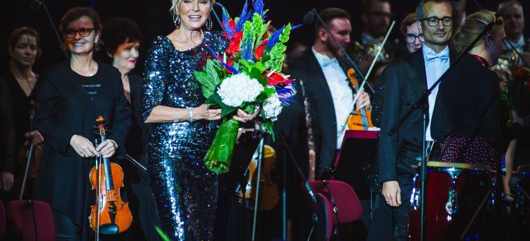 Helena Vondráčková znovu dobyla polské Sopoty!  Se symfonickým orchestrem zazpívala i Malovaný džbánku